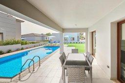 Обеденная зона. Кипр, Нисси Бич : Роскошная вилла с бассейном и зеленым двориком, 3 спальни, 2 ванные комнаты, парковка, Wi-Fi