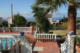 Территория. Кипр, Киссонерга : Прекрасная вилла с бассейном, зеленым двориком с барбекю и детской площадкой, 6 спален, 4 ванные комнаты, парковка, Wi-Fi
