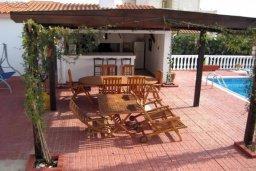 Обеденная зона. Кипр, Киссонерга : Прекрасная вилла с бассейном, зеленым двориком с барбекю и детской площадкой, 6 спален, 4 ванные комнаты, парковка, Wi-Fi
