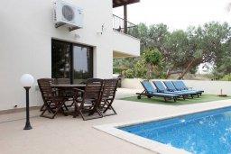 Зона отдыха у бассейна. Кипр, Писсури : Прекрасная вилла с бассейном и двориком с барбекю, 5 спален, 5 ванных комнат, парковка, Wi-Fi