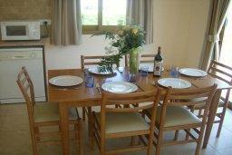 Обеденная зона. Кипр, Писсури : Прекрасная вилла с бассейном и двориком с барбекю, 2 спальни, 2 ванные комнаты, парковка, Wi-Fi