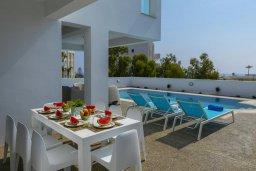 Обеденная зона. Кипр, Фиг Три Бэй Протарас : Роскошная современная вилла с потрясающим видом на море, с 5-ю спальнями, 4-мя ванными комнатами, бассейном, тенистой террасой с патио, барбекю и садом на крыше