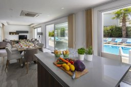 Обеденная зона. Кипр, Фиг Три Бэй Протарас : Роскошная вилла с потрясающим видом на Средиземное море, с 4-мя спальнями, 3-мя ванными комнатами, бассейном, террасой с барбекю и великолепном патио на крыше
