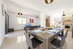 Обеденная зона. Кипр, Нисси Бич : Современная вилла с 3-мя спальнями, бассейном, солнечной террасой с патио, барбекю и садом на крыше