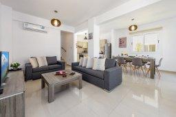 Гостиная. Кипр, Нисси Бич : Современная вилла с 3-мя спальнями, бассейном, солнечной террасой с патио, барбекю и садом на крыше