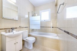 Ванная комната. Кипр, Нисси Бич : Современная вилла с 3-мя спальнями, бассейном, солнечной террасой с патио, барбекю и садом на крыше