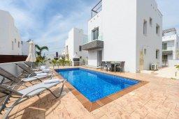 Фасад дома. Кипр, Нисси Бич : Современная очаровательная вилла с 3-мя спальнями, бассейном, солнечной террасой с патио, барбекю и садом на крыше