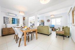 Гостиная. Кипр, Нисси Бич : Современная очаровательная вилла с 3-мя спальнями, бассейном, солнечной террасой с патио, барбекю и садом на крыше