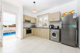 Кухня. Кипр, Нисси Бич : Современная очаровательная вилла с 3-мя спальнями, бассейном, солнечной террасой с патио, барбекю и садом на крыше