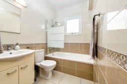 Ванная комната. Кипр, Нисси Бич : Современная очаровательная вилла с 3-мя спальнями, бассейном, солнечной террасой с патио, барбекю и садом на крыше