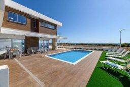 Фасад дома. Кипр, Ионион - Айя Текла : Роскошная современная вилла с панорамным видом на море, с 3-мя спальнями, 3-мя ванными комнатами, бассейном, тенистой террасой с патио, традиционным каменным барбекю и уличным баром, расположена в 100 метрах от моря