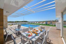 Обеденная зона. Кипр, Ионион - Айя Текла : Роскошная современная вилла с панорамным видом на море, с 3-мя спальнями, 3-мя ванными комнатами, бассейном, тенистой террасой с патио, традиционным каменным барбекю и уличным баром, расположена в 100 метрах от моря