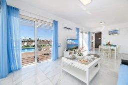 Гостиная. Кипр, Ионион - Айя Текла : Роскошная современная вилла с панорамным видом на море, с 3-мя спальнями, 3-мя ванными комнатами, бассейном, тенистой террасой с патио, традиционным каменным барбекю и уличным баром, расположена в 100 метрах от моря