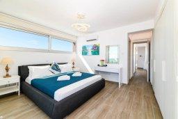 Спальня. Кипр, Ионион - Айя Текла : Роскошная современная вилла с панорамным видом на море, с 3-мя спальнями, 3-мя ванными комнатами, бассейном, тенистой террасой с патио, традиционным каменным барбекю и уличным баром, расположена в 100 метрах от моря