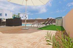 Зона отдыха у бассейна. Кипр, Каппарис : Прекрасная вилла с 3-мя спальнями, 2-мя ванными комнатами, солнечной террасой и бассейном