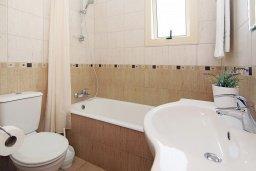 Ванная комната. Кипр, Каппарис : Прекрасная вилла с 3-мя спальнями, 2-мя ванными комнатами, солнечной террасой и бассейном