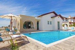 Фасад дома. Кипр, Ионион - Айя Текла : Удивительная вилла с 3-мя спальнями, 2-мя ванными комнатами, с бассейном, тенистой террасой с lounge-зоной и барбекю, расположена в уникальном месте на побережье Ayia Thekla