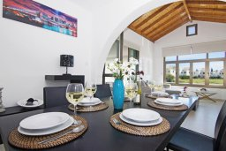 Обеденная зона. Кипр, Ионион - Айя Текла : Удивительная вилла с 3-мя спальнями, 2-мя ванными комнатами, с бассейном, тенистой террасой с lounge-зоной и барбекю, расположена в уникальном месте на побережье Ayia Thekla