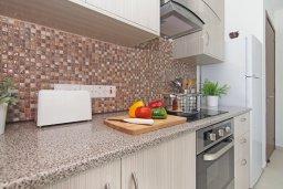 Кухня. Кипр, Ионион - Айя Текла : Удивительная вилла с 3-мя спальнями, 2-мя ванными комнатами, с бассейном, тенистой террасой с lounge-зоной и барбекю, расположена в уникальном месте на побережье Ayia Thekla