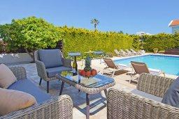 Патио. Кипр, Коннос Бэй : Очаровательная вилла, с 3-мя спальнями, 2-мя ванными комнатами, бассейном, зелёным двориком, солнечной террасой с патио и барбекю, расположена недалеко от пляжа Mimosa Beach