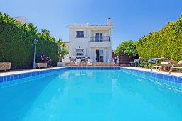 Фасад дома. Кипр, Коннос Бэй : Очаровательная вилла, с 3-мя спальнями, 2-мя ванными комнатами, бассейном, зелёным двориком, солнечной террасой с патио и барбекю, расположена недалеко от пляжа Mimosa Beach