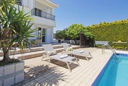 Зона отдыха у бассейна. Кипр, Коннос Бэй : Очаровательная вилла, с 3-мя спальнями, 2-мя ванными комнатами, бассейном, зелёным двориком, солнечной террасой с патио и барбекю, расположена недалеко от пляжа Mimosa Beach