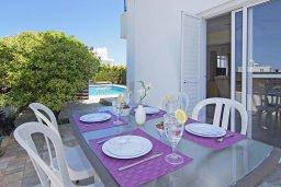 Обеденная зона. Кипр, Коннос Бэй : Очаровательная вилла, с 3-мя спальнями, 2-мя ванными комнатами, бассейном, зелёным двориком, солнечной террасой с патио и барбекю, расположена недалеко от пляжа Mimosa Beach