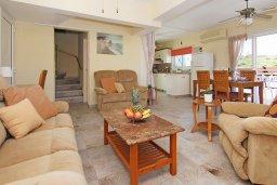 Гостиная. Кипр, Коннос Бэй : Очаровательная вилла, с 3-мя спальнями, 2-мя ванными комнатами, бассейном, зелёным двориком, солнечной террасой с патио и барбекю, расположена недалеко от пляжа Mimosa Beach