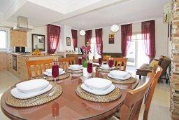 Обеденная зона. Кипр, Каппарис : Потрясающая двухэтажная вилла с 3-мя спальнями, с бассейном, окруженным красивым садом и барбекю