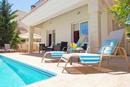 Зона отдыха у бассейна. Кипр, Каппарис : Потрясающая двухэтажная вилла с 3-мя спальнями, с бассейном, окруженным красивым садом и барбекю
