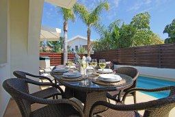 Обеденная зона. Кипр, Коннос Бэй : Великолепная вилла с видом на море, с 3-мя спальнями, с бассейном, тенистой террасой с патио, lounge-зоной и барбекю, расположена в прибрежной зоне Протараса