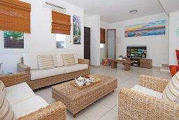Гостиная. Кипр, Коннос Бэй : Великолепная вилла с видом на море, с 3-мя спальнями, с бассейном, тенистой террасой с патио, lounge-зоной и барбекю, расположена в прибрежной зоне Протараса