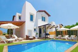 Фасад дома. Кипр, Пернера : Прекрасная вилла с бассейном, зеленым двориком с и барбекю, 3 спальни, 2 ванные комнаты, парковка, Wi-Fi