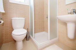 Ванная комната. Кипр, Пернера : Прекрасная вилла с бассейном, зеленым двориком с и барбекю, 3 спальни, 2 ванные комнаты, парковка, Wi-Fi