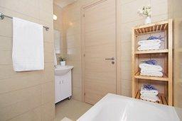 Ванная комната 2. Кипр, Пернера : Прекрасная вилла с бассейном, зеленым двориком с и барбекю, 3 спальни, 2 ванные комнаты, парковка, Wi-Fi