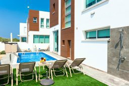 Территория. Кипр, Каппарис : Современная вилла с бассейном и двориком с барбекю, 3 спальни, 2 ванные комнаты, парковка, Wi-Fi