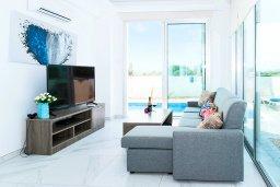 Гостиная. Кипр, Каппарис : Современная вилла с бассейном и двориком с барбекю, 3 спальни, 2 ванные комнаты, парковка, Wi-Fi