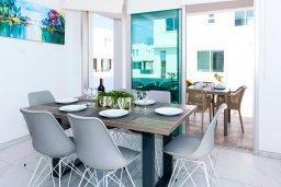 Обеденная зона. Кипр, Каппарис : Современная вилла с бассейном и двориком с барбекю, 3 спальни, 2 ванные комнаты, парковка, Wi-Fi