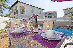Обеденная зона. Кипр, Пернера : Прекрасная вилла с бассейном и двориком с барбекю, 2 спальни, 2 ванные комнаты, парковка, Wi-Fi