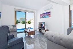 Гостиная. Кипр, Пернера : Современная вилла с бассейном и двориком с барбекю, 4 спальни, 3 ванные комнаты, парковка, Wi-Fi