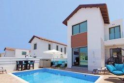 Фасад дома. Кипр, Пернера : Современная вилла с бассейном и двориком с барбекю, 4 спальни, 3 ванные комнаты, парковка, Wi-Fi