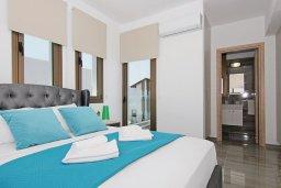 Спальня. Кипр, Пернера : Современная вилла с бассейном и двориком с барбекю, 4 спальни, 3 ванные комнаты, парковка, Wi-Fi