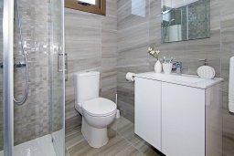 Ванная комната. Кипр, Пернера : Современная вилла с бассейном и двориком с барбекю, 4 спальни, 3 ванные комнаты, парковка, Wi-Fi