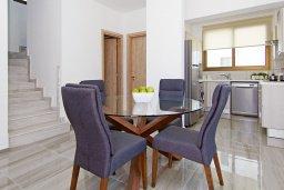 Обеденная зона. Кипр, Пернера : Современная вилла с бассейном и двориком с барбекю, 4 спальни, 3 ванные комнаты, парковка, Wi-Fi