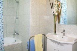 Ванная комната. Кипр, Пернера : Прекрасная вилла с бассейном и двориком с барбекю, 2 спальни, парковка, Wi-Fi