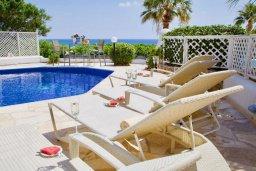 Зона отдыха у бассейна. Кипр, Киссонерга : Прекрасная вилла в 50 метрах от пляжа с бассейном и видом на море, 4 спальни, 4 ванные комнаты, барбекю, парковка, Wi-Fi