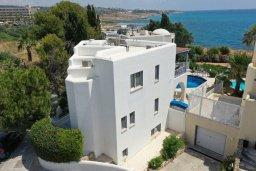 Фасад дома. Кипр, Киссонерга : Прекрасная вилла в 50 метрах от пляжа с бассейном и видом на море, 4 спальни, 4 ванные комнаты, барбекю, парковка, Wi-Fi