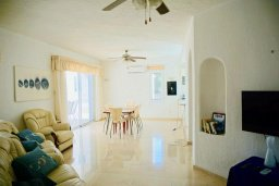 Гостиная. Кипр, Киссонерга : Прекрасная вилла в 50 метрах от пляжа с бассейном и видом на море, 4 спальни, 4 ванные комнаты, барбекю, парковка, Wi-Fi