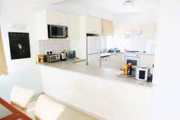 Кухня. Кипр, Киссонерга : Прекрасная вилла в 50 метрах от пляжа с бассейном и видом на море, 4 спальни, 4 ванные комнаты, барбекю, парковка, Wi-Fi