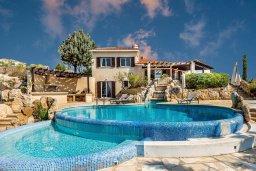 Фасад дома. Кипр, Месоги : Роскошная вилла с бассейном, джакузи и двориком с барбекю, 4 спальни, 3 ванные комнаты, парковка, Wi-Fi